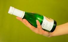 Butelka białego półwytrawnego musującego wina bezalkoholowego