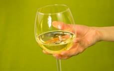 Porcja białego półwytrawnego musującego wina bezalkoholowego