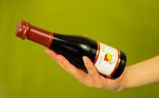 Butelka czerwonego półsłodkiego wina bezalkoholowego