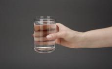 Szklanka Oshee caffeine water, napoju niegazowanego z kofeiną