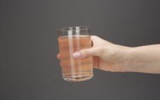 Szklanka wody kokosowej z sokiem z granatu