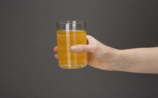 Szklanka wody kokosowej z sokiem z marakui
