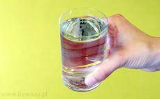 Szklanka napoju o smaku truskawkowym