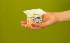 Porcja jogurtu o smaku waniliowym z drażami Zakręcony mix