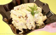 Porcja zapiekanki z makaronem, kurczakiem i fenkułem