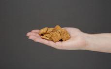 Garść przekąski zbożowej o smaku wędzonej papryki