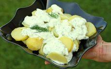 Porcja ziemniaków z sosem tzatziki