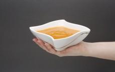 Porcja zupy krem pomidorowo-paprykowej z ciecierzycą