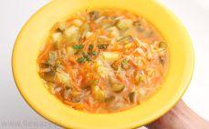 Porcja zupy ogórkowej z warzywami