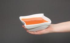 Porcja ekologicznej zupy pomidorowej ze śmietaną