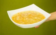 Porcja zupy ryżowej na rosole z kurczakiem