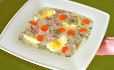Porcja żurku z białą kiełbasą i jajkiem