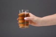 Szklanka napoju Żywiec Zdrój soczysty, napój niegazowany z sokiem jabłkowym