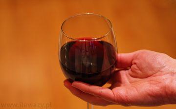 Ile waży Porcja czerwonego wytrawnego wina - sprawdź..