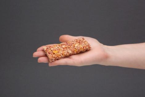 Baton zbożowy z truskawkami i quinoa, zero dodatku cukru