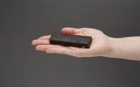 Baton owocowy z kakao, orzechami arachidowymi oraz zbożem