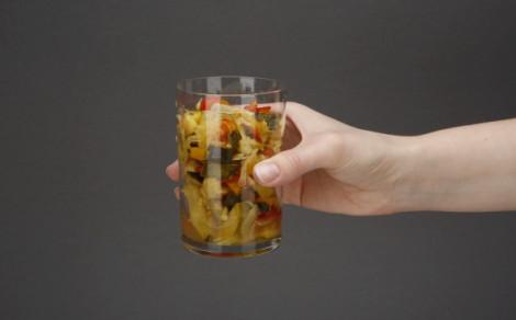 Cukinia żółta i czerwona papryka, warzyw w zalewie z dodatkiem curry