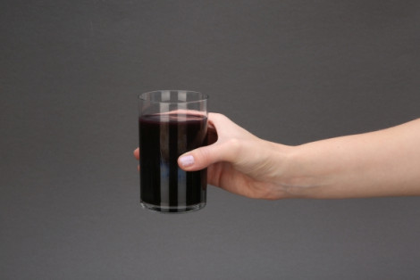 Super smoothie: black detox. Napój owocowy ze zmiksowanych owoców oraz soków z dodatkiem węgla aktywowanego.