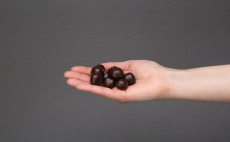 Czekoladki z malinami, liofilizowane maliny w czekoladzie deserowej