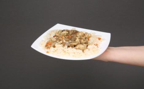 Kurczak w sosie pieczarkowym z ryżem i marchewką