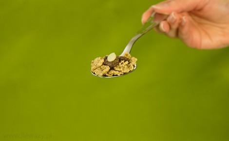 Płatki pełnoziarniste z migdałami i płatkami w mlecznej czekoladzie