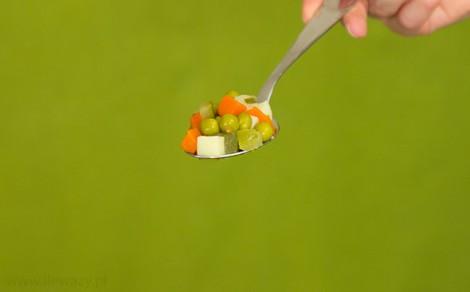 Łyżka tradycyjnej sałatki jarzynowej Bonduelle