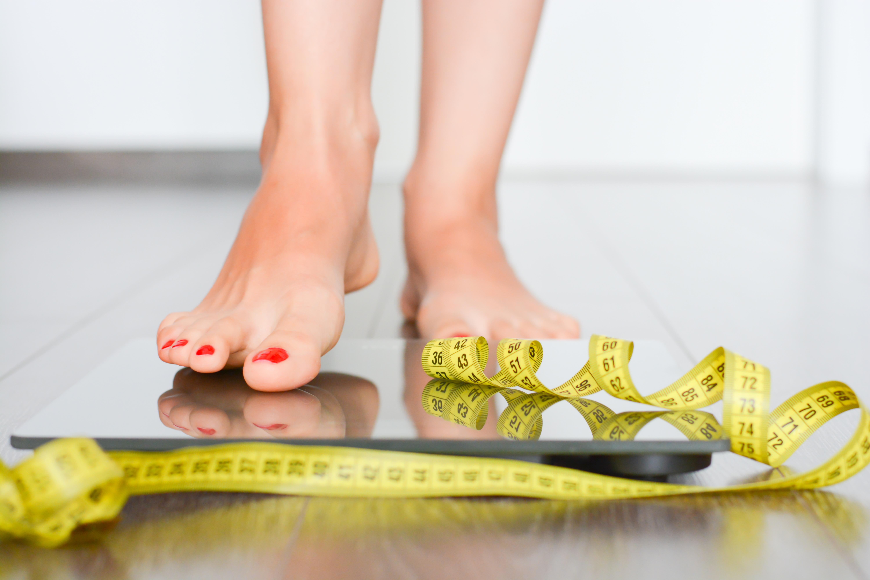Kobieta wchodząca na wagę