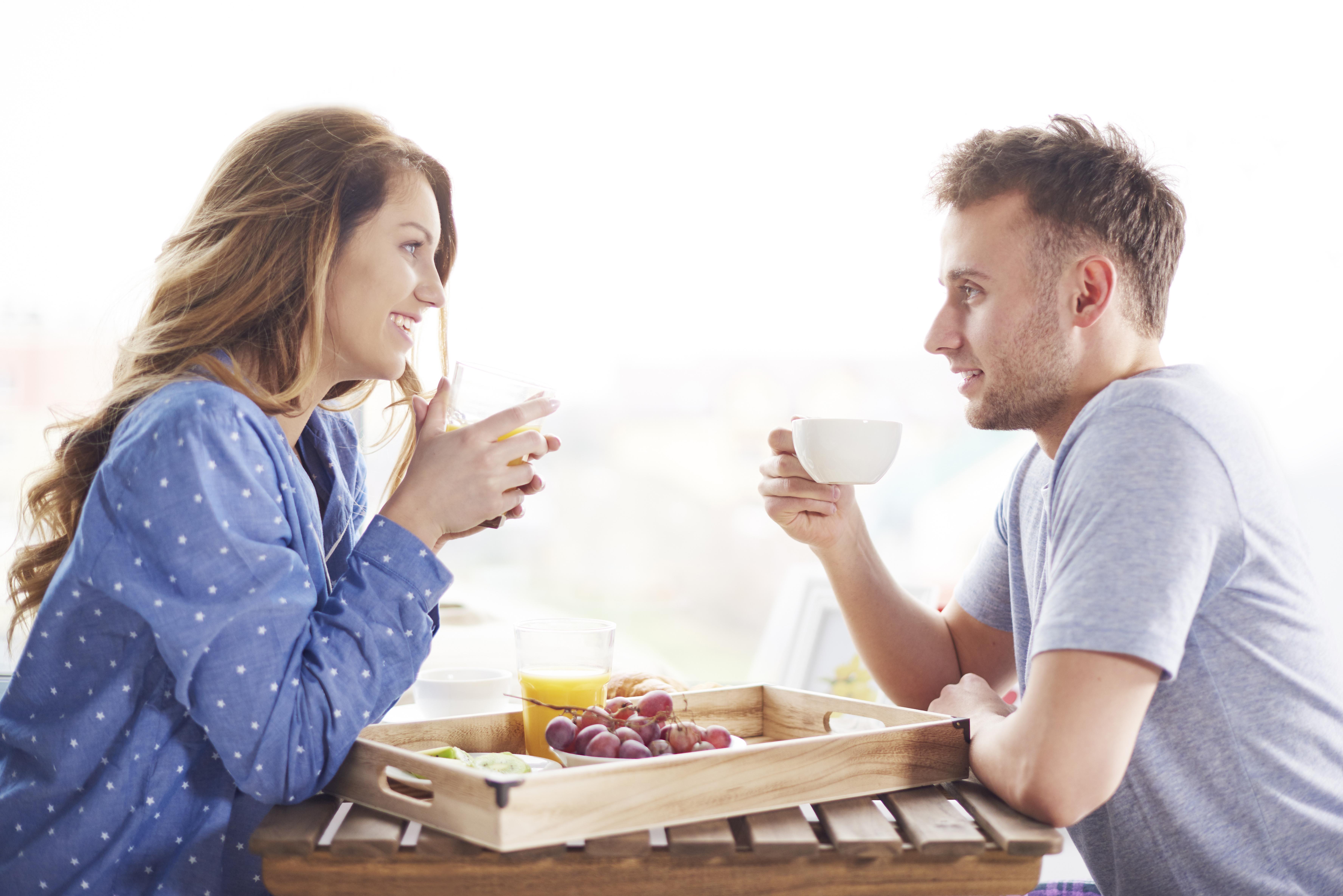 Para jedząca śniadanie
