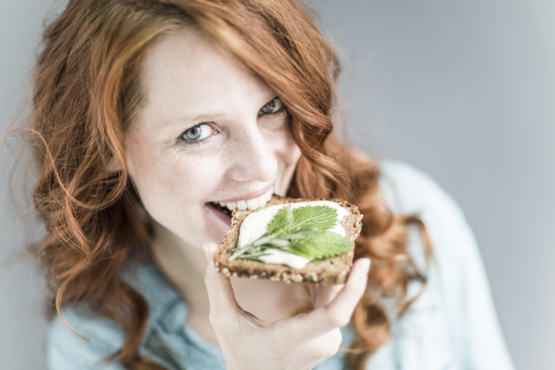 Kobieta jedząca kanapkę
