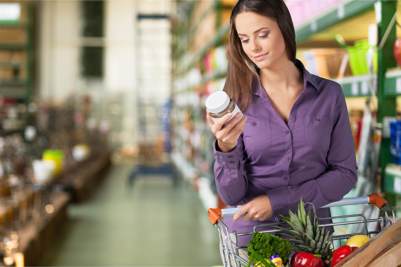 Kobieta na zakupach spożywczych