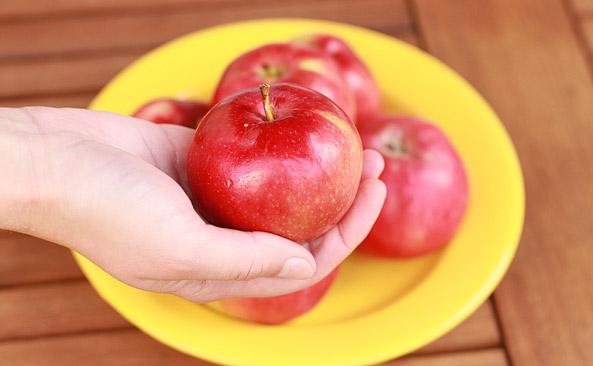 Małe jabłko bez skórki