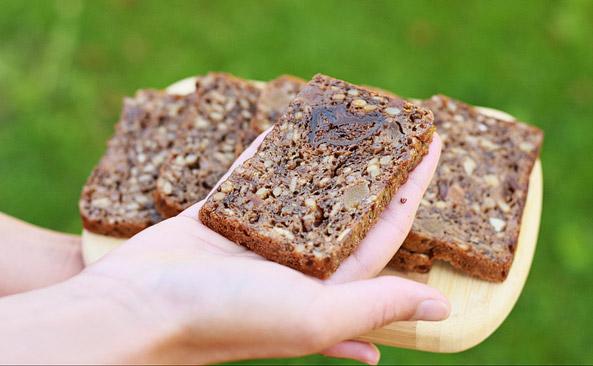 Kromka chleba z musli i owocami