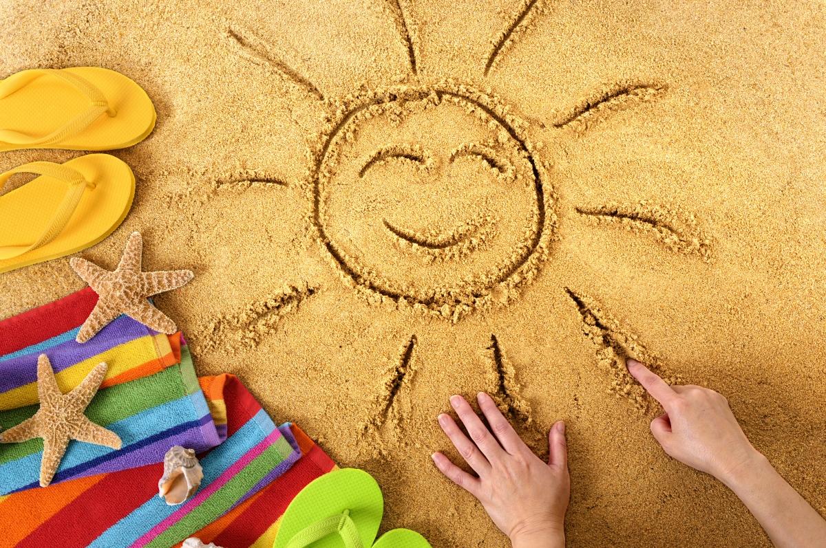 Słońce na piasku - lato, wakacyjne akcesoria
