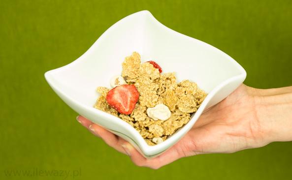 Płatki pełnoziarniste z truskawkami i płatkami w polewie jogurtowej